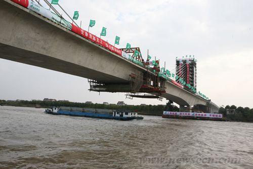 上海轨道交通首座矮塔斜拉桥顺利合龙
