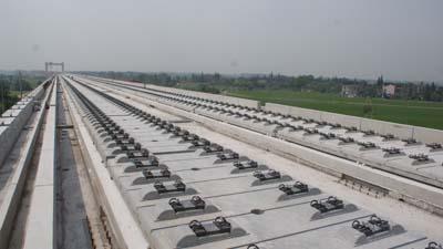 高铁项目部管段完成3200块crtsⅱ型板式无砟轨道板粗铺任务.